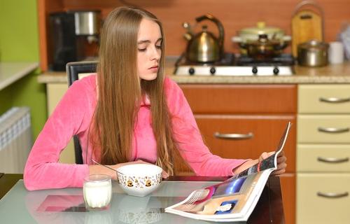 女性誌を読む女性の画像